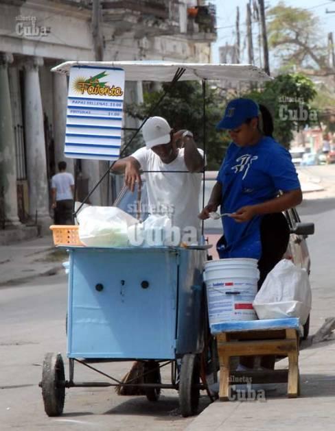 """El timbiriche """"La Favorita"""" vende papas rellenas (3 pesos) y frituras (1 peso), el 19 de Marzo de 2011, La Habana, Cuba. Foto: Calixto N. Llanes/Juventud Rebelde (CUBA)"""