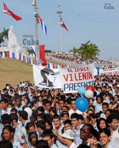 Estudiantes del IPVCE Vladimir Ilich Lenin marchan frente a la Plaza de la Revolución, el 16 de Abril de 2011, La Habana, Cuba. Foto: Calixto N. Llanes/Juventud Rebelde (CUBA)