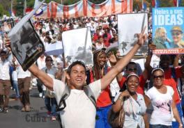 Estudianes cubanos desfilan en la Plaza de la Revolución, el 16 de Abril de 2011, La Habana, Cuba. Foto: Calixto N. Llanes/Juventud Rebelde (CUBA)