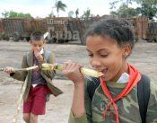 Dos pioneros mastican caña de azúcar a la salida de la escuela, el 21 de Enero de 2009, Artemisa, Cuba. Foto: Calixto N. Llanes/Juventud Rebelde (CUBA)