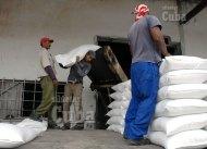 Obreros cargan y acomodan los sacos de azúcar a un camión, el 21 de Enero de 2009, Artemisa, Cuba. Foto: Calixto N. Llanes/Juventud Rebelde (CUBA)