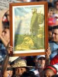Una mujer desfila con la imagen del Comandante en Jefe Fidel Castro el 1 de Mayo de 2011, La Habana, Cuba. Foto: Calixto N. Llanes/Juventud Rebelde (CUBA)