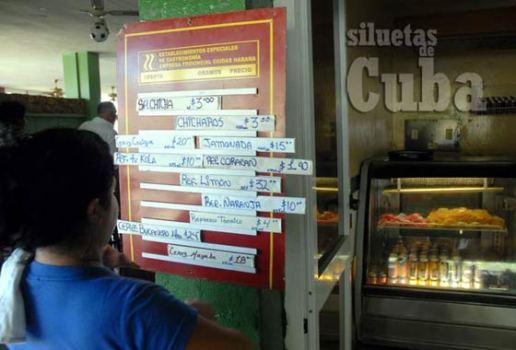 """Una mujer lee la tablilla con los productos que oferta la cafetería el """"Gato Verde"""", en la vía Blanca muy cerca de playa Guanabo, el 16 de Junio de 2011, La Habana, Cuba. Foto: Calixto N. Llanes/Juventud Rebelde (CUBA)"""