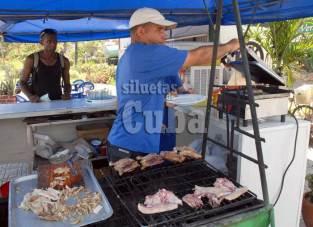 """Un gastronómico vende comida en el complejo el """"Gato Verde"""", el 16 de Junio de 2011, La Habana, Cuba. Foto: Calixto N. Llanes/Juventud Rebelde (CUBA)"""