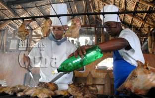 Chefs cocinan carnes a la parrilla en un restaurante al este de la capital cubana, el 16 de Junio de 2011, La Habana, Cuba. Foto: Calixto N. Llanes/Juventud Rebelde (CUBA)