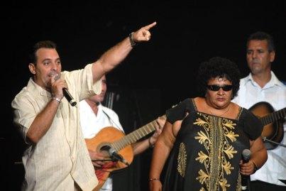 Los repentistas cubanos Héctor Gutiérrez y Tomadita Quiala cantan durante la Serenata de la Fidelidad, el 12 de Agosto de 2011, La Habana, Cuba. Foto: Calixto N. Llanes/Juventud Rebelde (CUBA)