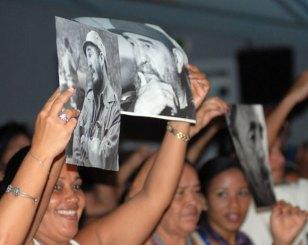 Jóvenes cubanos con fotos de Fidel festejan su 85 cumpleaños, el 12 de Agosto de 2011, La Habana, Cuba. Foto: Calixto N. Llanes/Juventud Rebelde (CUBA)