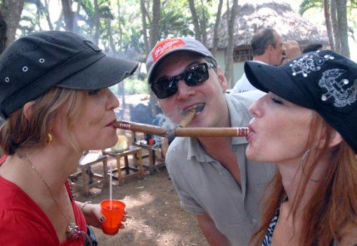Los fumadores disfrutaron de una fiesta campestre, el 11 de Noviembre de 2011, La Habana, Cuba. Foto: Calixto N. Llanes (CUBA)