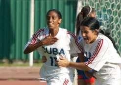 Rachel Peláez Ellis (11) y Laura Moreno Márquez festejan un gol frente a Puerto Rico, el 11 de enero de 2012, La Habana, Cuba. FOTO: Calixto N. Llanes (CUBA)