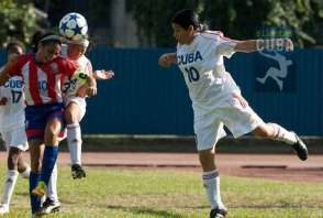 Las muchachas jugaron fuerte sobre la grama del estadio Pedro Marrero, el 9 de enero de 2012, La Habana, Cuba. FOTO: Calixto N. Llanes (CUBA)