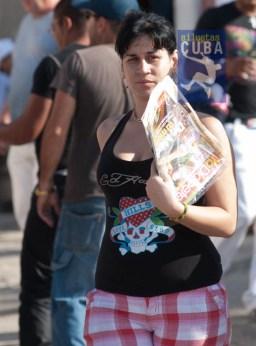 Una joven camina en busca de libros en la feria, el 17 de Febrero de 2012, La Habana. FOTO: Calixto N. Llanes (CUBA)