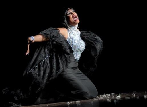 """Transformista Anaya interpreta """"Es el momento"""" durante la Gala Cubana contra la Homofobia. Viernes 11 de mayo de 2012, La Habana. FOTO: Calixto N. Llanes/Juventud Rebelde (CUBA)"""