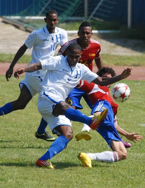 Los defensores cubanos no pudieron contener el empuje de los delanteros hondurenos Wilson Welcome (9) Jerry Bengtson (11), el viernes 7 de septiembre de 2012, La Habana. FOTO de Calixto N. Llanes/Juventud Rebelde (CUBA)