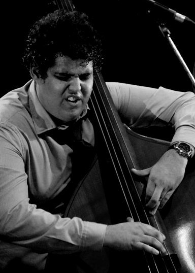 Gastón Joya acompaña en el bajo al maestro Chucho Valdés durante la gala inaugural el Festival Internacional Jazz Plaza 2012, el jueves 20 de diciembre de 2012, La Habana. FOTO: Calixto N. Llanes (CUBA)