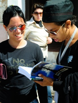 Una joven lee en alta voz rante la 22 Feria Internacional del libro, el lunes 18 de febrero de 2013, La Habana. FOTO: Calixto N. Llanes (CUBA)