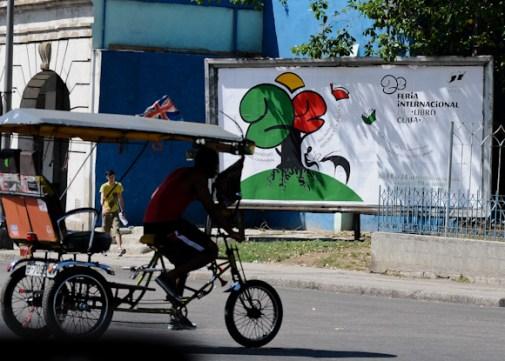 Un bicitaxi rueda cerca de una valla alegorica a la 22 Feria Internacional del Libro Cuba 2013, el jueves 21 de febrero de 2013, La Habana. FOTO: Calixto N. Llanes (CUBA)