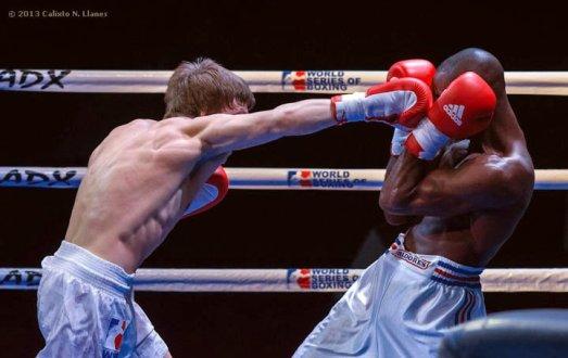 Ramon Luis (izquierda), de los Domadores de Cuba, combate con Andrey Efremenko, de Rusia, en los 75 kg, durante la IV Serie Mundial de Boxeo (WSB), que tuvo lugar en el Coliseo de la Ciudad Deportiva, el viernes 6 de Diciembre de 2013, La Habana. FOTO: Calixto N. Llanes (CUBA)