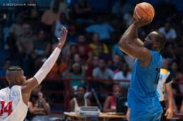 Yoan Luis Haiti (derecha) de Ciego de Ávila, tira al aro ante la defensa de Jasiel Rivero (14) de Capitalinos, durante el primer juego de la final de la Liga Superior de Baloncesto (LSB). El duelo celebrado en el Coliseo de la Ciudad Deportiva terminó 73-60 favorable a Ciego, el jueves 12 diciembre de 2013, La Habana. FOTO de Calixto N. Llanes (CUBA)