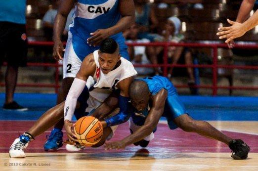 Jasiel Rivero (izquierda) de Capitalinos lucha el balón con William Granda (10) de Ciego de Ávila, durante el primer juego de la final de la Liga Superior de Baloncesto (LSB). El duelo celebrado en el Coliseo de la Ciudad Deportiva terminó 73-60 favorable a Ciego, el jueves 12 diciembre de 2013, La Habana. FOTO de Calixto N. Llanes (CUBA)