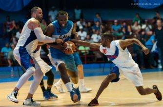 Yoan Luis Haiti (12) de Ciego de Ávila, ataca al aro ante la defensa Capitalinos, durante el segundo juego de la final de la Liga Superior de Baloncesto (LSB). El duelo celebrado en el Coliseo de la Ciudad Deportiva terminó 71-50 favorable a Ciego, el viernes 13 diciembre de 2013, La Habana. FOTO de Calixto N. Llanes (CUBA)