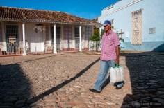Hombre camina por la Plaza El Jigüe, lugar donde se fundó la Villa de la Santísima Trinidad. FOTO de Calixto N. Llanes (CUBA)