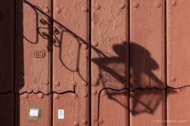 Sombra reflejada sobre la puerta de una casa en Trinidad. FOTO de Calixto N. Llanes (CUBA)