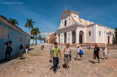Personas caminan cerca de la Iglesia Parroquial de la Santísima Trinidad. FOTO de Calixto N. Llanes (CUBA)