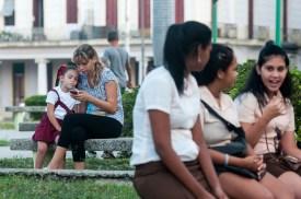 Madre con su hija y jóvenes estudiantes de técnico medio esperan en un parque cerca de la escuela el inicio del nuevo curso escolar 2015-2016 el martes 1 de septiembre de 2015. FOTO de Calixto N. Llanes/Juventud Rebelde (CUBA)