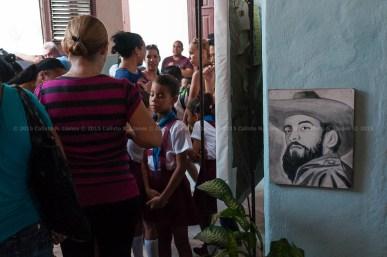 Una foto del revolucionario Camilo Cienfuegos cuelga a la entrada de una escuela primaria el primer día de clases del nuevo curso escolar 2015-2016 el martes 1 de septiembre de 2015. FOTO de Calixto N. Llanes/Juventud Rebelde (CUBA)