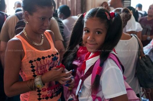 Madre peina a su hija el primer día de clases del nuevo curso escolar 2015-2016 el martes 1 de septiembre de 2015. FOTO de Calixto N. Llanes/Juventud Rebelde (CUBA)