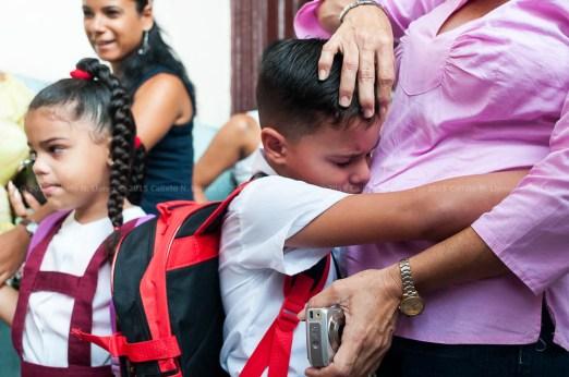 Niño llora y abraza a su madre el primer día de clases del nuevo curso escolar 2015-2016 el martes 1 de septiembre de 2015. FOTO de Calixto N. Llanes/Juventud Rebelde (CUBA)