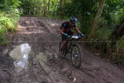 Ciclista pedalea durante primera etapa de la Titán Tropic de ciclismo de montaña. FOTO de Calixto N. Llanes (CUBA)