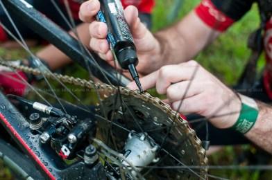 Ciclista engrasa su bicicleta antes de arrancar la tercera etapa de la durante Titán Tropic Cuba de ciclismo de montaña. FOTO: Calixto N. Llanes