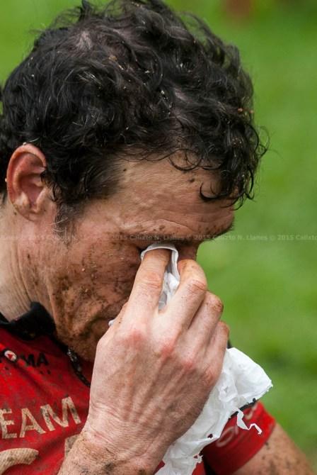 Francisco Salamero se quita el fango de la cara al concluir la tercera etapa de la Titán Tropic Cuba de ciclismo de montaña. FOTO de Calixto N. Llanes (CUBA