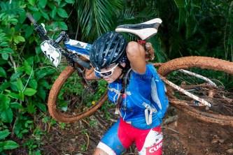 Cubana Olga Echenique carga su bici durante la cuarta etapa de la Titán Tropic Cuba de ciclismo de montaña. FOTO de Calixto N. Llanes (CUBA)
