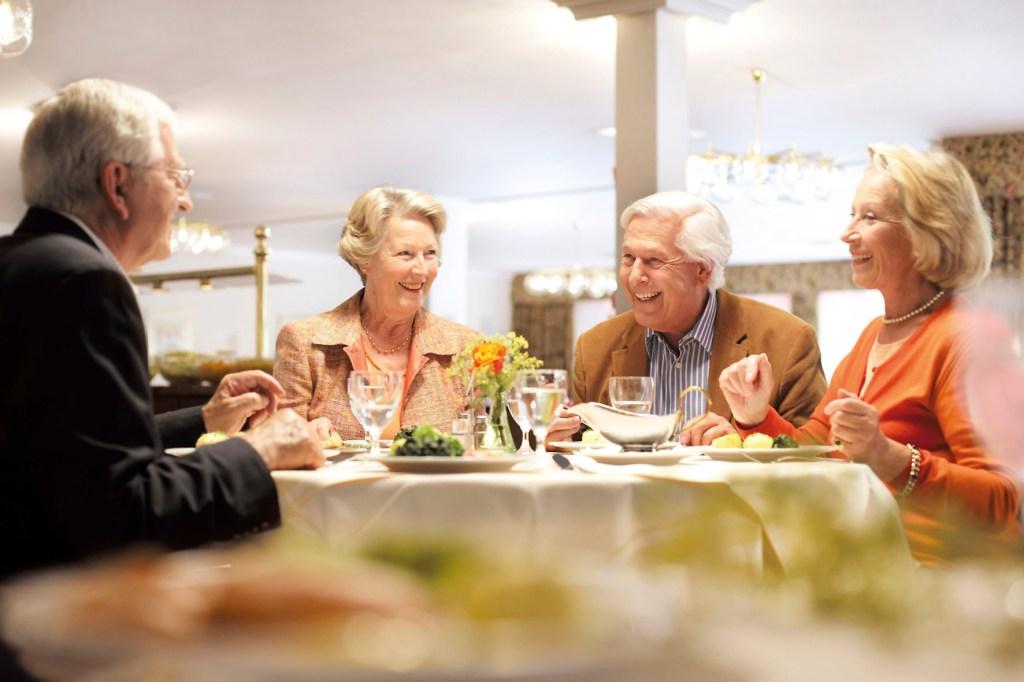 Kommunikativ, aber doch mit der gewünschten Privatsphäre: Das Wohnen im Alter in einer Seniorenresidenz verbindet beide Wünsche miteinander.