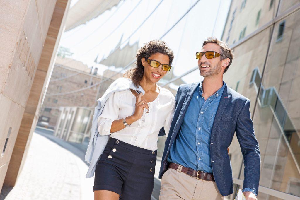 Nicht nur bei Outdoor-Aktivitäten, auch beim Shoppingbummel macht die sportliche Spezialbrille mit hoher Schutzwirkung eine gute Figur.