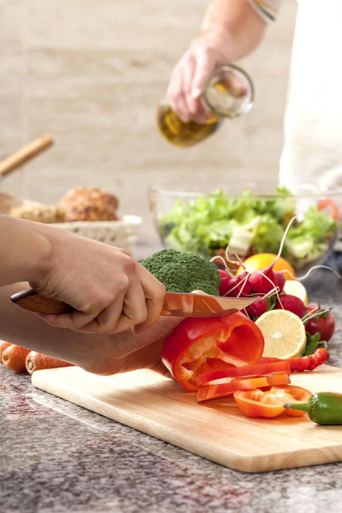 Frischer Salat, Gemüse und Pflanzenöle sind nicht nur kalorienarm, sondern versorgen den Körper auch mit gelenkgesunden Nährstoffen.