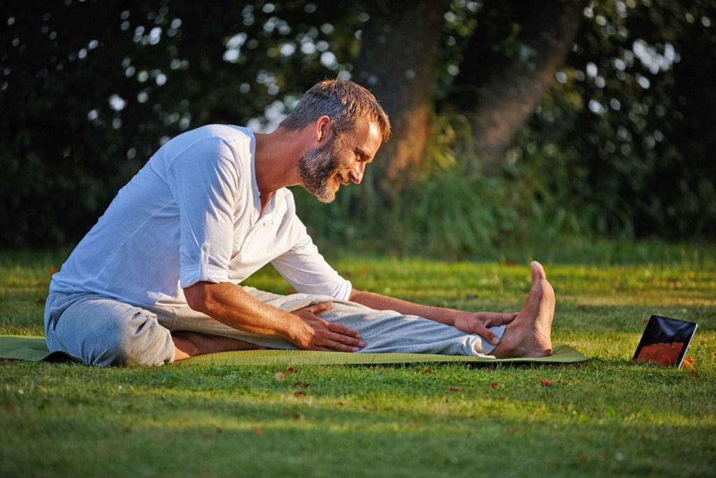 Auch viele Männer sind von Venenschwäche betroffen - mit Bewegung und gezielter Gymnastik lässt sich hier entgegenwirken.