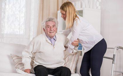 Pflegebedürftige sitzen meist viel, während ihre Betreuer oft lange stehen und schwer heben müssen - beides kann die Venen stark belasten.