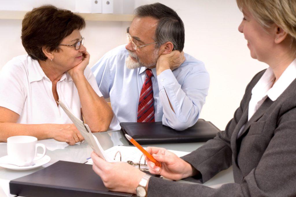 Um Unstimmigkeiten zu vermeiden, kann es sinnvoll sein, sich im Vorfeld der Testamentserstellung von einem Anwalt oder Notar beraten zu lassen.