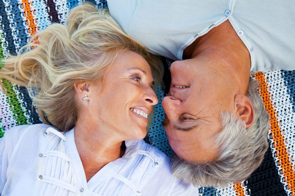 Den Partner über das Internet gefunden: Für Singles über 50 gibt es mittlerweile spezielle Datingportale.