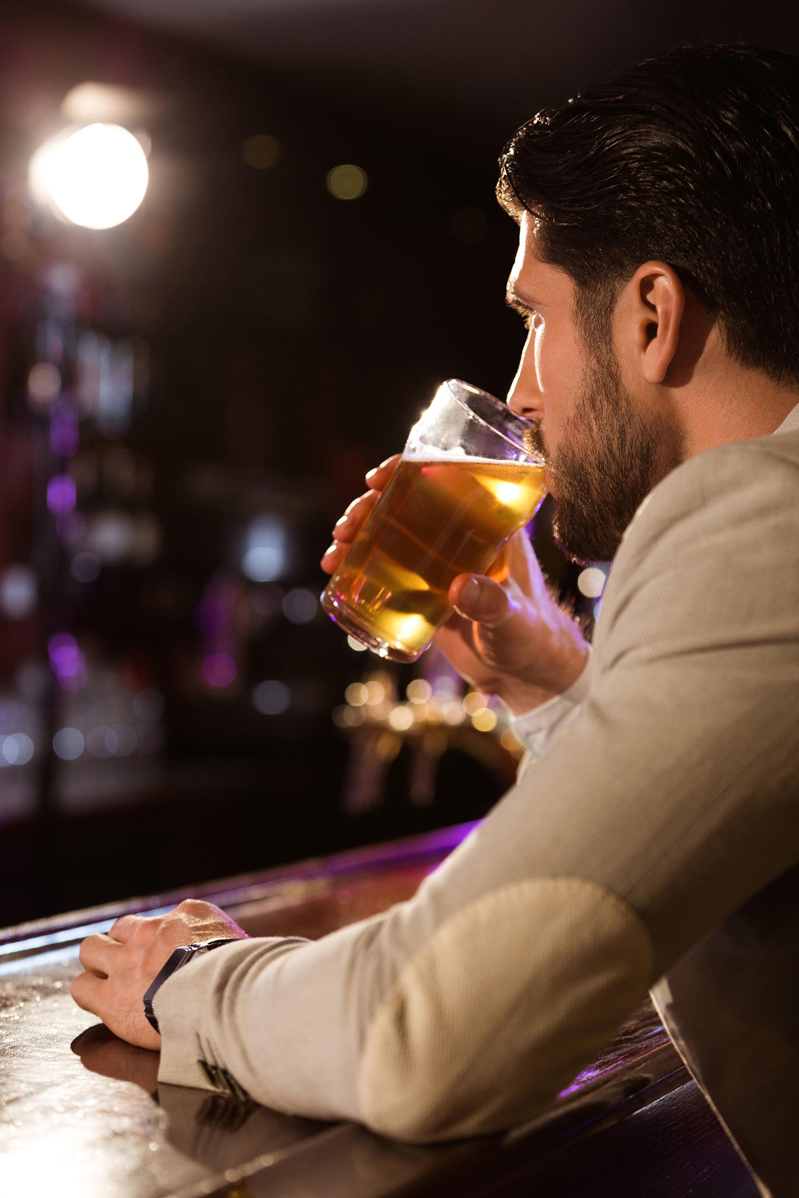 """Eine """"sichere"""" Dosis Alkohol gibt es nicht. Aber wer viel und häufig trinkt, schadet seiner Gesundheit besonders stark."""