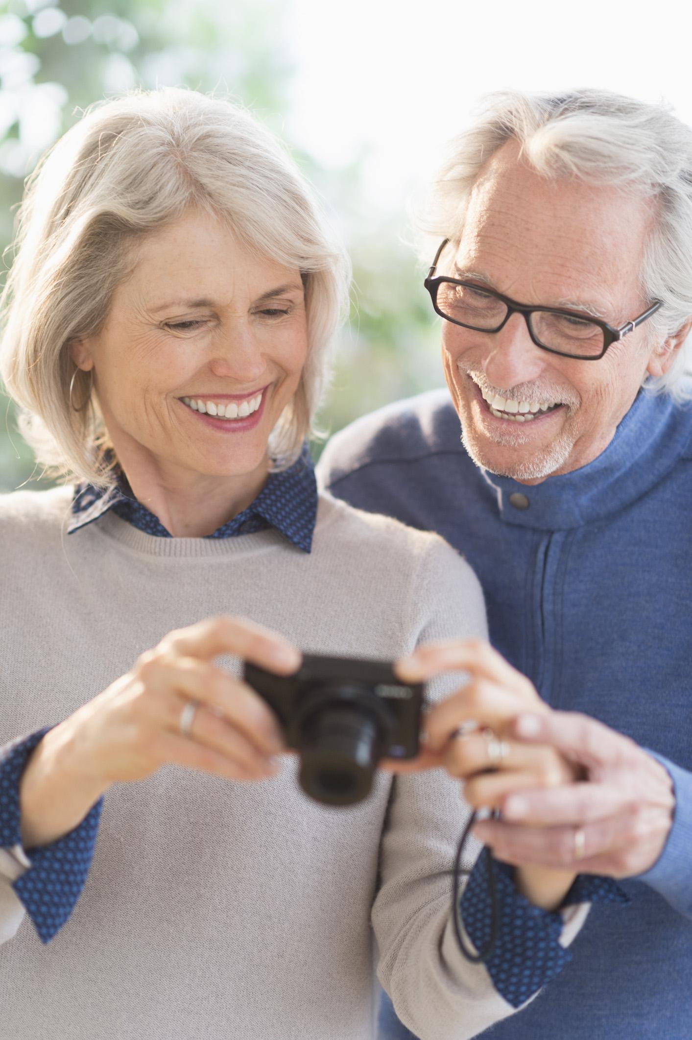 Eine torische Premiumlinse korrigiert gleichzeitig eine Hornhautverkrümmung, sodass Patienten nach der Operation den Alltag oft wieder ohne Brille und Seheinschränkung genießen können.
