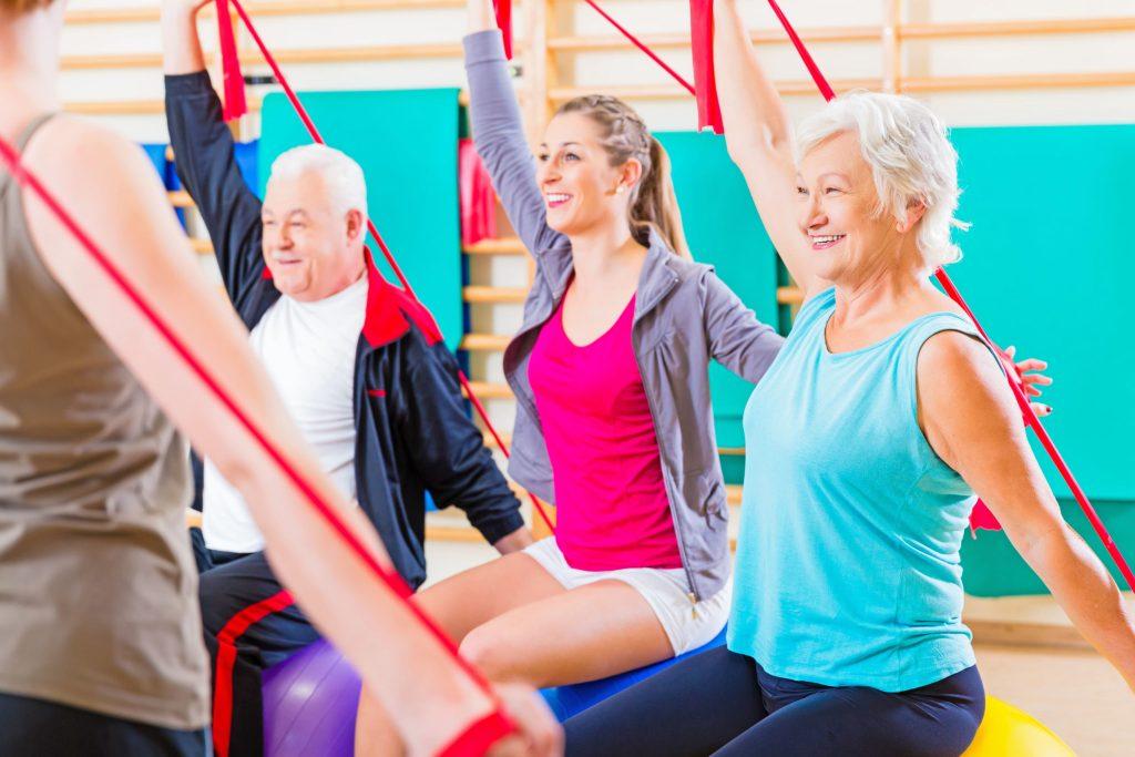 Sanfte Gymnastik, die die besonders häufig betroffenen Knie- und Hüftgelenke schont, wird von vielen Sportvereinen angeboten - Wie Arthrose-Patienten in Bewegung bleiben