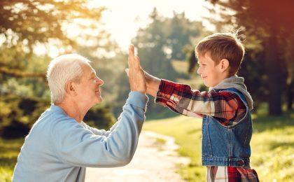 Opa und Enkel auf gemeinsamen Streifzügen durch die Natur - dafür ist es wichtig, dass sich der Großvater schmerzfrei bewegen kann.