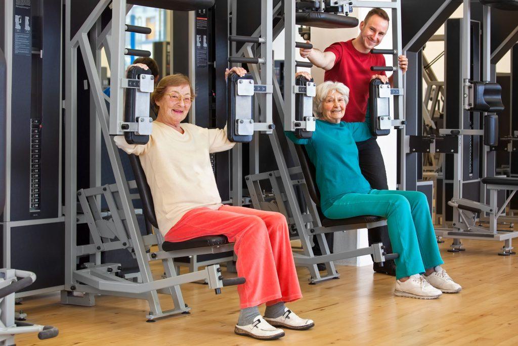 Fitness-Studios sind nicht nur etwas für Bodybuilder. Gerade ältere Menschen profitieren von gezieltem Krafttraining.