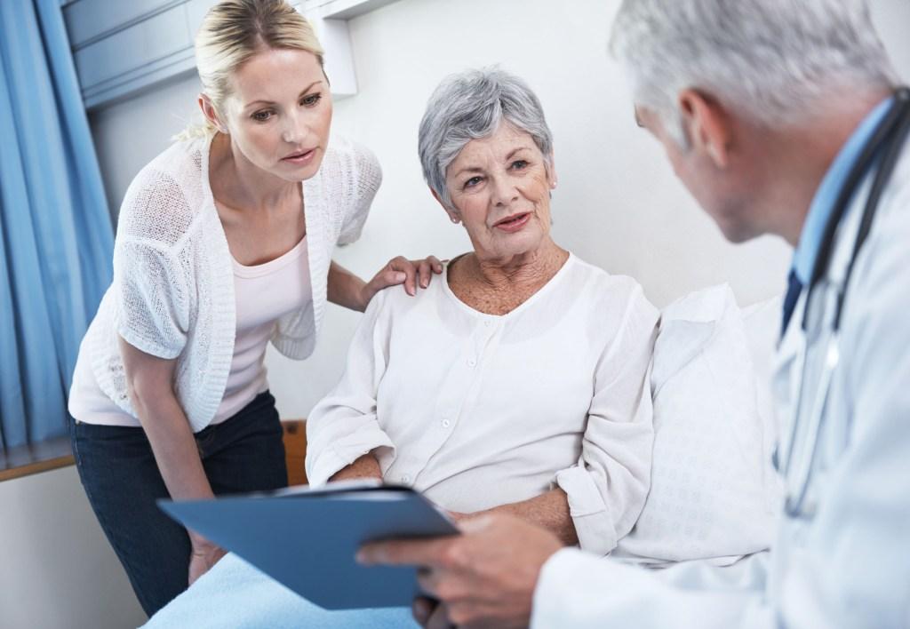 Auch die Angehörigen sollten bei Schwindelbeschwerden aufmerksam werden und auf einen Arztbesuch drängen.