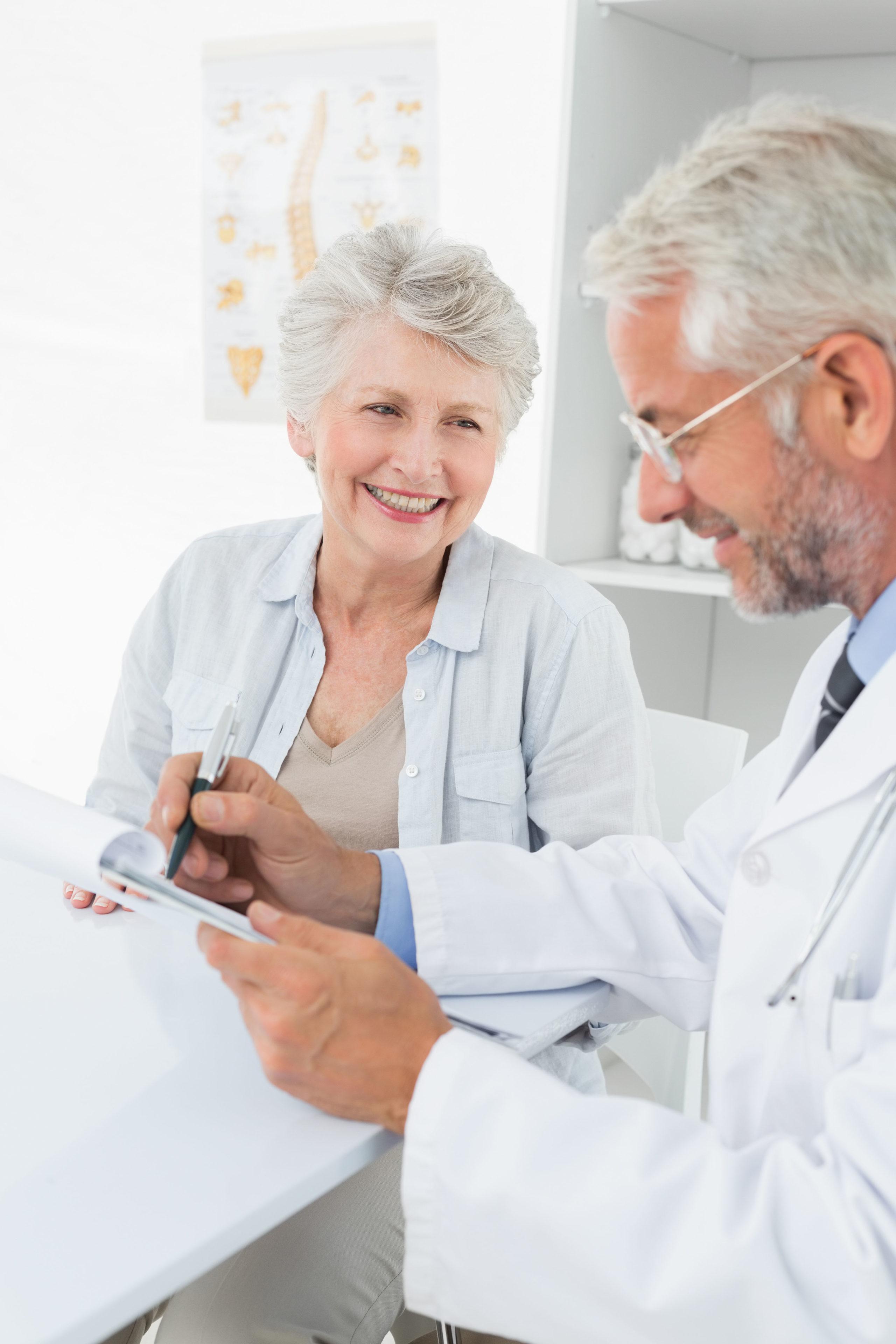 Menschen über 60 Jahre sollten sich ebenso wie andere Risikogruppen rechtzeitig bei ihrem Arzt zur Grippeschutzimpfung anmelden.
