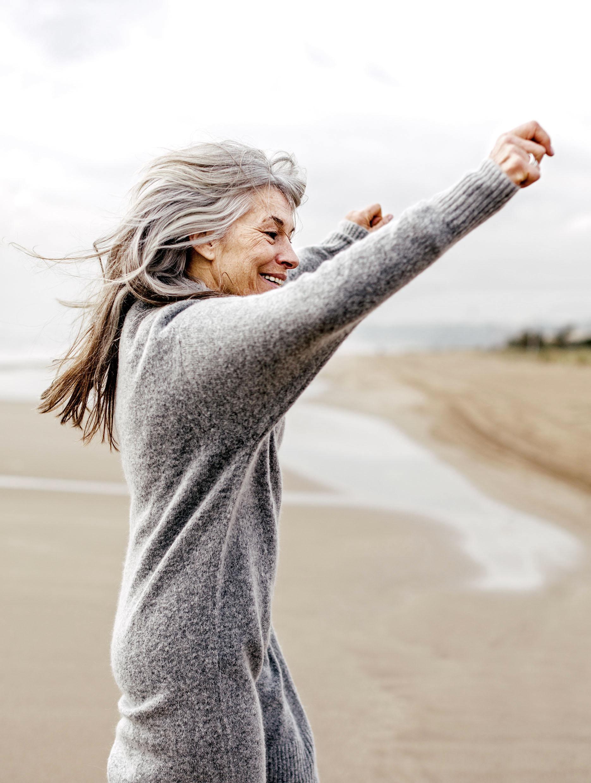 Reife Frau am Strand - Well-Aging